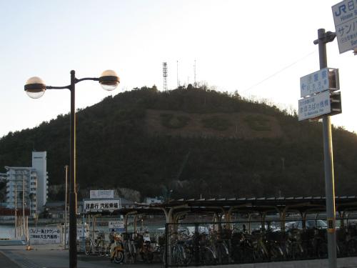 楯越山に「ひなせ」と書かれている