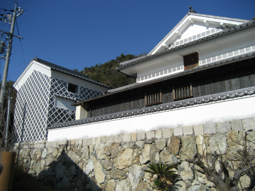 白壁に黒塀のツートンカラーで、蔵屋敷風を演出した、加子浦歴史文化館
