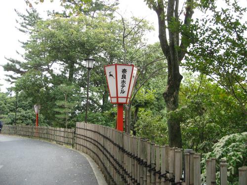 スロープを登りきると、奈良ホテルの正面玄関が見えます