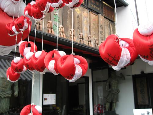 「奈良町資料館」には、「身代わり猿」がたくさん吊るされています