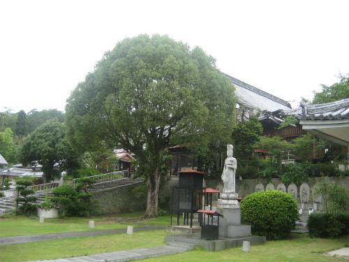 お寺の中に、神社があって、朱塗りの鳥居がありました