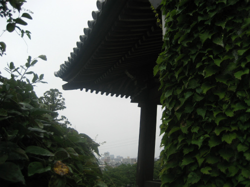 お寺にある鐘楼は、時を告げる役割があります