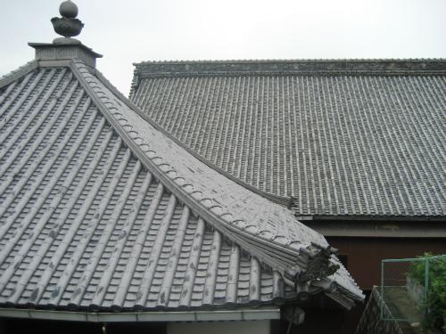 造りも立派で、屋根に乗せている瓦も相当な広さがあります