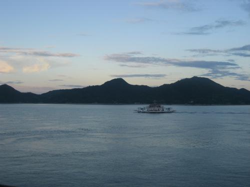 瀬戸の島々が、夕日に染まってきます